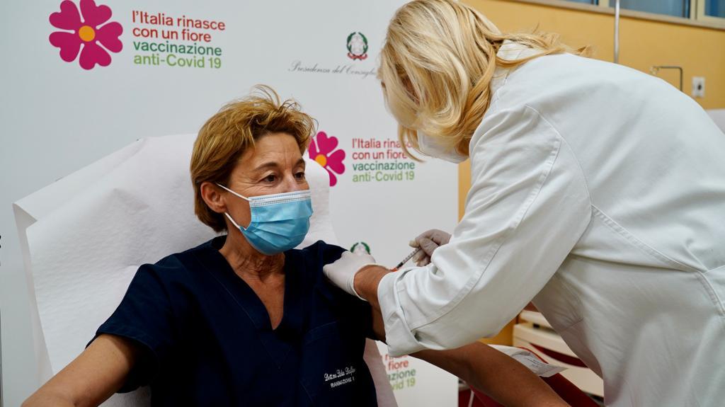 """[video] – """"Evviva"""", l'entusiasmo della prima vaccinata in Puglia. L'emozione di Lopalco: """"Giornata storica"""""""