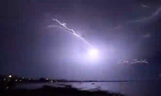 [video] – Il maltempo imperversa ancora sul Salento: pioggia di fulmini su Porto Cesareo