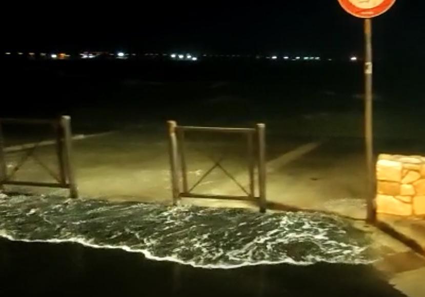 [video] – Forti raffiche di vento, le onde sulla strada. Pescatori di Porto Cesareo in allerta