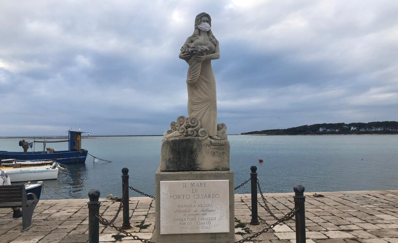 La statua di Manuela Arcuri dà l'esempio e indossa la mascherina