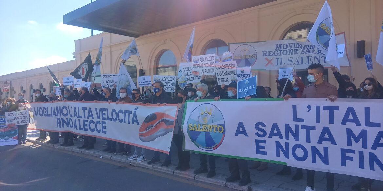 Alta velocità fino a Lecce, il giorno del sit-in. Ma è polemica sulle bandiere