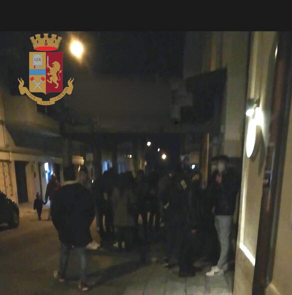 Bar aperto oltre l'orario e giovani assembrati: chiusura per tre giorni e sanzioni