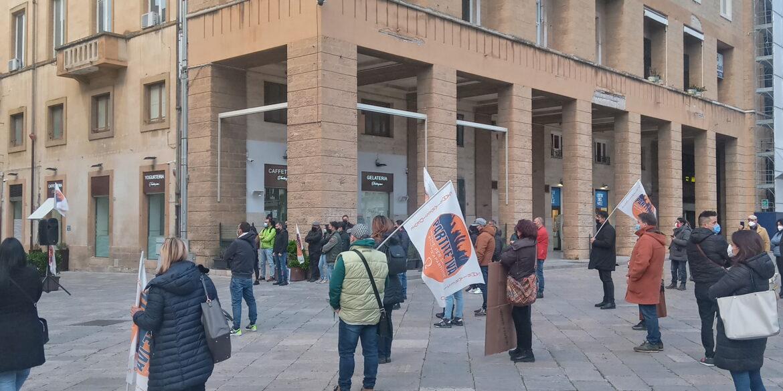 [video] – Partite iva in piazza a Lecce contro lockdown e ritardi. Ma per Emiliano l'ipotesi è di zona rossa rafforzata