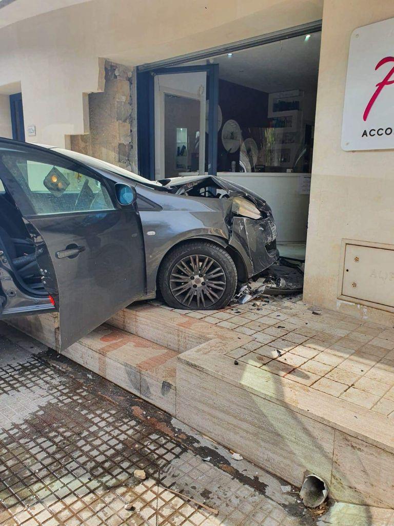 Auto sfonda la vetrina di un centro estetico a Taurisano: danni ingenti, nessun ferito