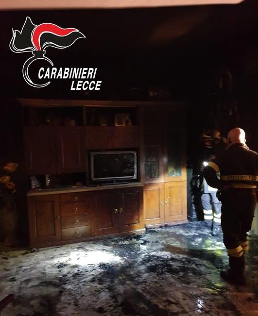 Abitazione divorata dalle fiamme, padre e figlia affetta da autismo salvati dai carabinieri