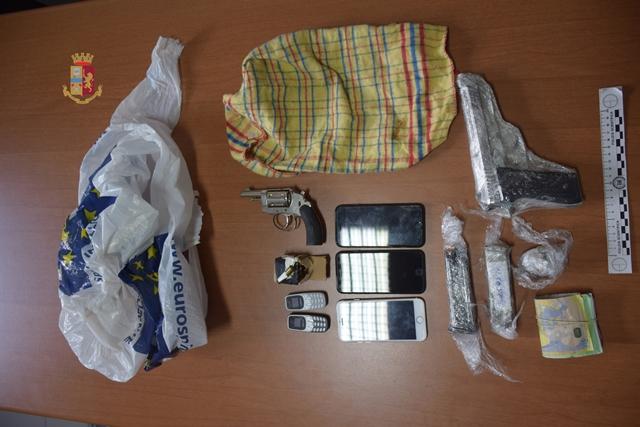 Il nascondiglio in un immobile a Torre Lapillo, scovato e arrestato in blitz congiunto polizia-gdf