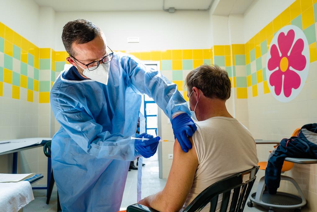 Campagna vaccinale prosegue per età e fragilità. Altri 296 nuovi positivi in provincia