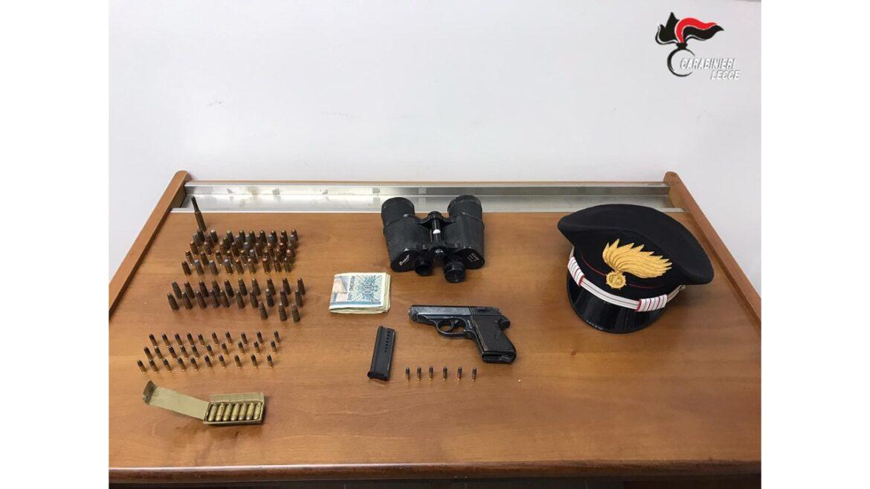 Pistola e banconote albanesi fuori corso in auto, alla vista della pattuglia tenta di invertire il senso di marcia: arrestato
