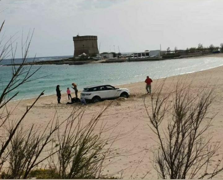 [video] – A bordo di un suv famiglia cosentina improvvisa rally tra le dune: follia domenicale a Porto Cesareo