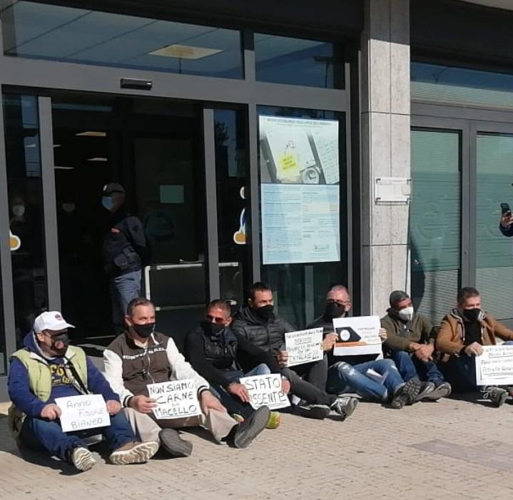 """Partite iva, sit-in davanti alla sede dell'Agenzia delle Entrate: """"Stato assente"""""""