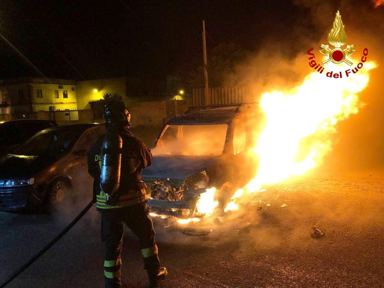 Doblò a fuoco nella zona industriale, fiamme domate dai caschi rossi. Sul posto anche la Polizia