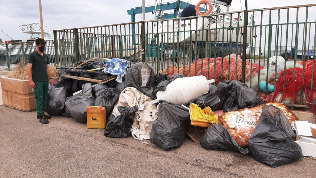 Isola dei Conigli ripulita dalla spazzatura marina, raccolti 80 sacchi: tra i rifiuti un frigo e uno scaldabagno
