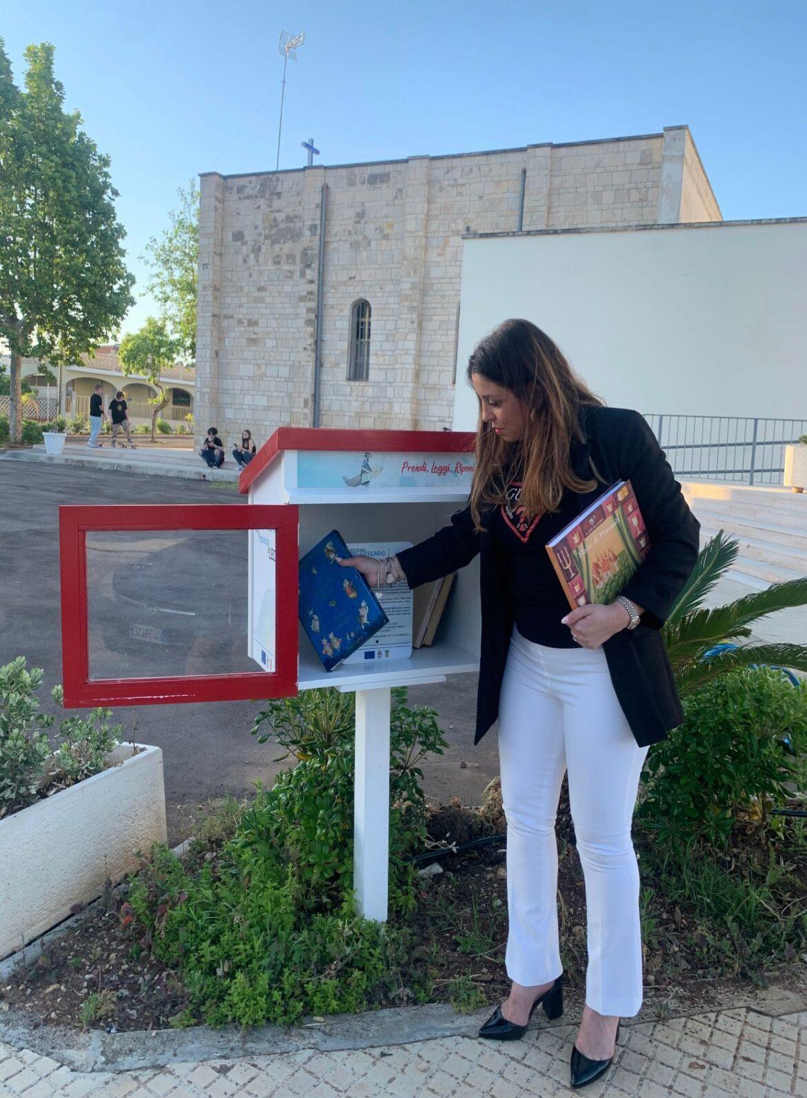 """Letture gratis a Porto Cesareo e Torre Lapillo con il """"Passalibro"""". E l'assessora Paladini dona testi per i più piccoli"""