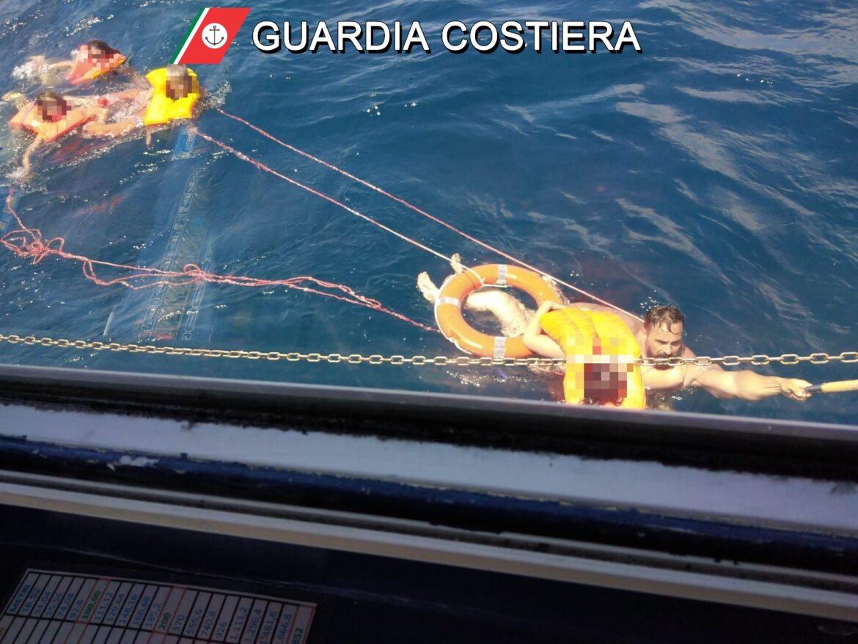 Barca affonda, paura per una famiglia: il pronto soccorso della Guardia Costiera