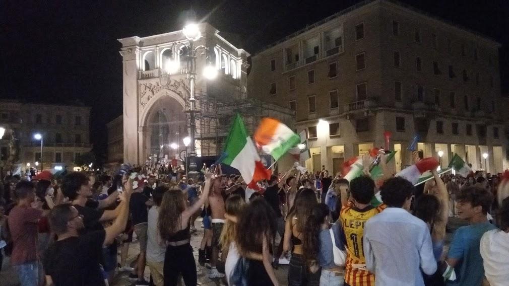 [photogallery] – Azzurri campioni d'Europa: il Tricolore in piazza Sant'Oronzo. La notte magica dei tifosi