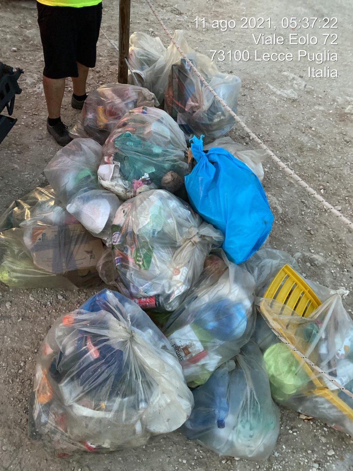 Notte di San Lorenzo, cumuli di rifiuti sulle spiagge leccesi: il volto spiacevole del divertimento