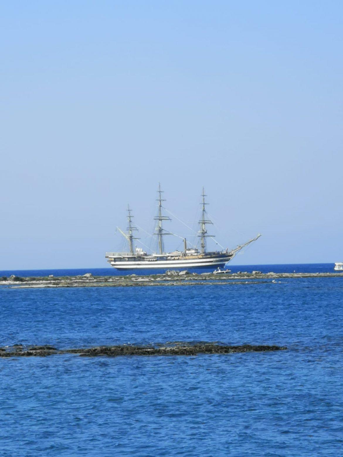 A Porto Cesareo l'incanto dell'Amerigo Vespucci, alla fonda dietro l'Isola dei Conigli